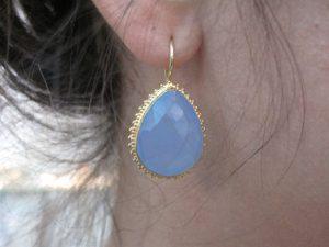 Kartelrand Oorbel, Los Of Vast Aan Het Haakje Earring With Facet Cut Drop In Toothed Setting E1315