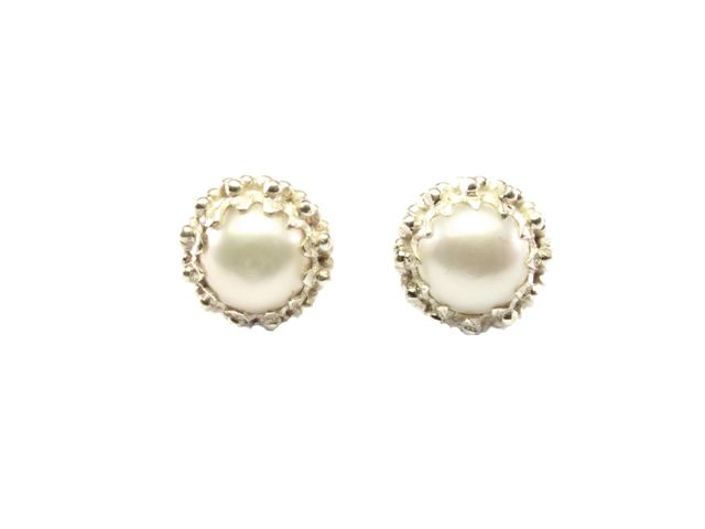 Silver Pearl Stud Earrings In Crown Setting – E91109